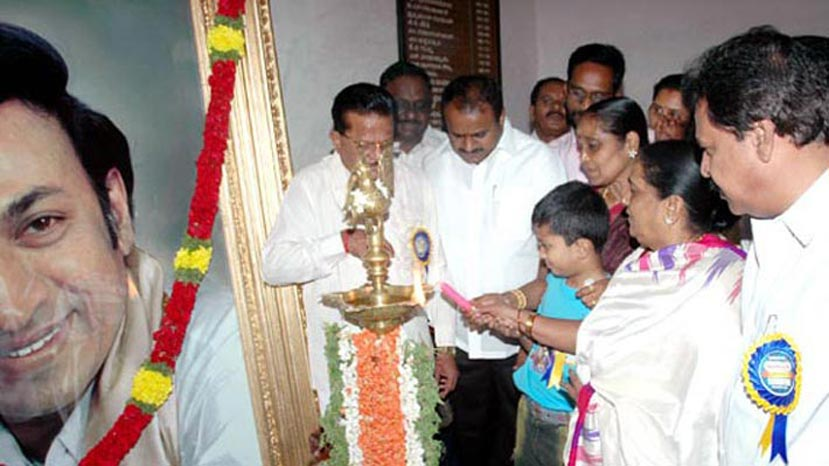 chitraloka photo exhibition - hd kumaraswamy, parvarthamma rajkumar and others lighting the lamp