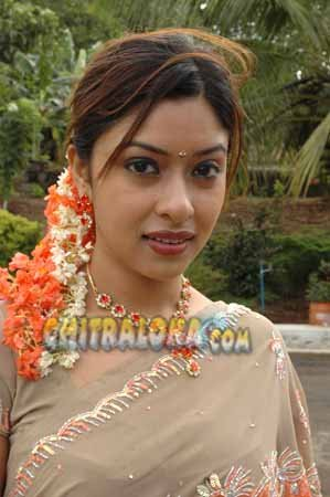 Payal Ghosh Varshadhare Movie Image