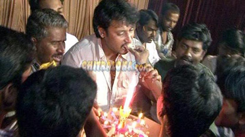 Birthday Cake Recipe Kannada: Pin Kannada Actor Sudeep Family Cake On Pinterest