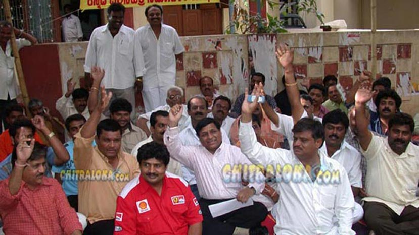 munirathna in a protest on 29-06-2004 (pic km veeresh)
