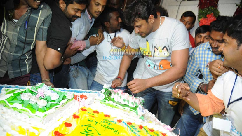 darshan cutting cake