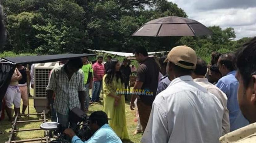 darshan's wife visits yajamana shooting spot