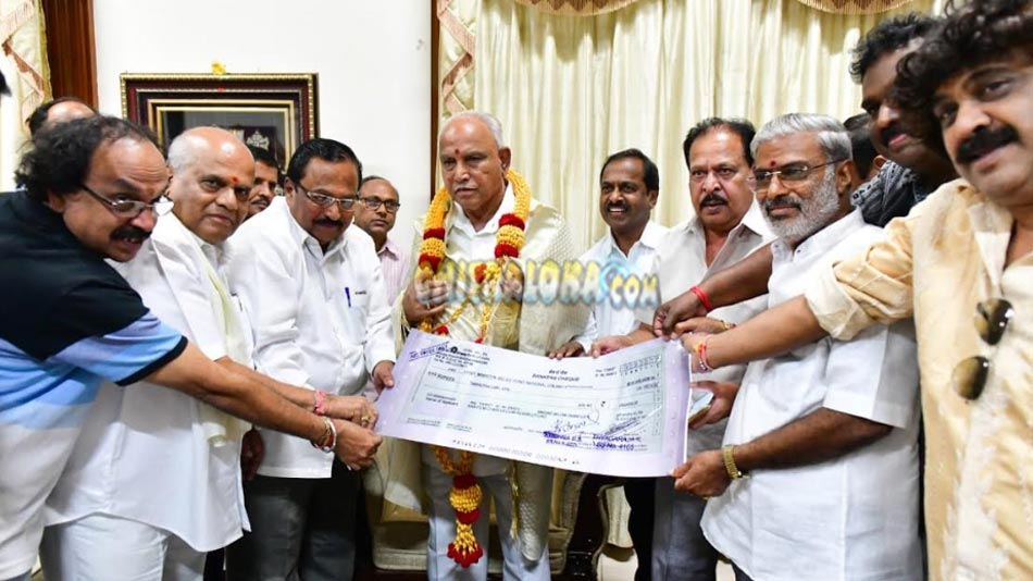 kfcc hands over 25 lakhs to chief minister